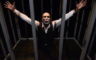 Ο Νικόλας Βαγιονάκης παρουσιάζει την παράσταση «Kafka's freaks», αφιερωμένη στα ανθρώπινα δικαιώματα.