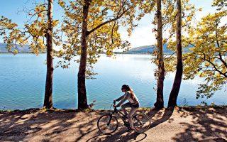 Ποδηλατάδα στη λίμνη. (Φωτογραφία: ΑΛΕΞΑΝΔΡΟΣ ΑΒΡΑΜΙΔΗΣ)