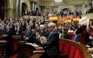 Θυελλώδη χειροκροτήματα, αλλά και ισπανικές σημαίες στην καταλανική Βουλή, μετά την έγκριση του ψηφίσματος που δρομολογεί την απόσχιση από την Ισπανία.