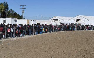 Πρόσφυγες στην Ειδομένη περιμένουν να περάσουν τα σύνορα με τα Σκόπια. Κάθε ώρα διέρχονται 50-60 άτομα.