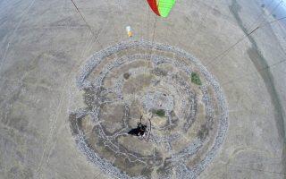 Αεροφωτογραφία του κυκλικού συμπλέγματος Ρουζμ ελ Χίρι, το οποίο έχει διάμετρο περίπου 152 μέτρων.