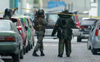 Πυροτεχνουργοί του στρατού αποκλείουν δρόμο στην πρωτεύουσα των Μαλδίβων, Μάλε, για να ερευνήσουν ύποπτο μηχανισμό σε όχημα.