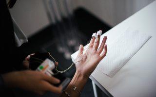 Εθελοντής σε εργαστήριο προετοιμάζεται για δοκιμή συσκευής που καταγράφει τους καρδιακούς παλμούς, από την εταιρεία «νευρο-μάρκετινγκ» Neurohm, στη Βαρσοβία.