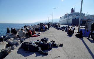 Η απεργία της ΠΝΟ ανέκοψε τις αναχωρήσεις προσφύγων από τα νησιά του ανατολικού Αιγαίου. Στη Λέσβο, απ' όπου και η φωτογραφία, έχουν στρατοπεδεύσει κατά χιλιάδες στο λιμάνι.