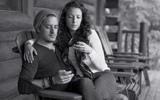 Αφαιρώντας τα τηλέφωνα από τα χέρια αυτού του ζευγαριού, ο φωτογράφος Eric Pickersgill αποτυπώνει τη μανία μας με τα κινητά.