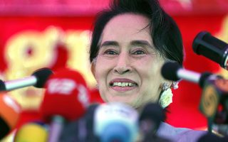 epaselect epa05022735 (FILE) A file picture showing Myanmar's National League for Democracy (NLD) party's leader Aung San Suu Kyi during a press conference for the upcoming general elections at her residence in Yangon, Myanmar, 05 November 2015. Reports state on 13 November 2015 that the National League for Democracy has won a majority in Myanmar's general election.  EPA/RUNGROJ YONGRIT