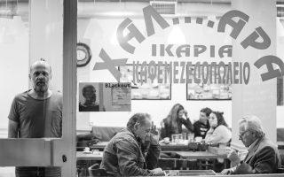 Σε πρώτο πλάνο ο Χρήστος Σαπουντζής, πίσω από την τζαμαρία του καφενείου «Χαλαρά», όπου παρουσιάζει, κάθε Σάββατο και Κυριακή μεσημέρι, ένα συγκλονιστικό μονόλογο.