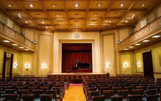 Η αίθουσα συναυλιών του Φιλολογικού Συλλόγου «Παρνασσός» φημίζεται για την αισθητική και την ακουστική της.