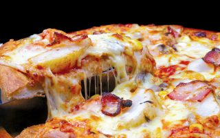 Οι  Νεοϋορκέζοι παίρνουν την πίτσα στα σοβαρά, ενώ υπάρχει και Ενωση που πιστοποιεί τις αυθεντικές ναπολιτάνικες πίτσες.