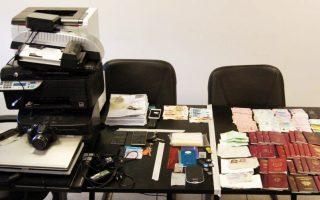 Τα σύνεργα πλαστογραφίας, διαβατήρια και υπηρεσιακά σημειώματα που βρήκε η ΕΛ.ΑΣ. μετά τη σύλληψη 46χρονου Σύρου και 29χρονου Πακιστανού στα Εξάρχεια.