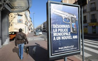 «Από εδώ κι εμπρός, η δημοτική αστυνομία έχει έναν καινούργιο φίλο», έγραφε τον Φεβρουάριο η αφίσα αυτή στους δρόμους του Μπεζιέ, ιστορικής πόλης στην Προβηγκία της Γαλλίας.