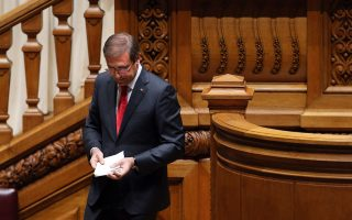 O Πορτογάλος πρωθυπουργός Πέδρο Πάσος Κοέλιο εγκαταλείπει το βήμα της πορτογαλικής Βουλής, αφού τα κεντροαριστερά κόμματα εξώθησαν χθες τον κεντροδεξιό συνασπισμό του σε παραίτηση.