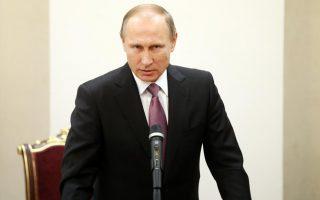 Ο Πεσκόφ είπε πως η κρίση είχε ως αποτέλεσμα ο Πούτιν (φώτο), οι υπουργοί του οποίου ετοιμάζουν οικονομικά μέτρα σε αντίποινα, να