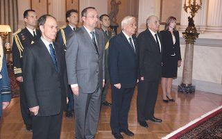 Eνός λεπτού σιγή τηρούν στο Προεδρικό Mέγαρο, στην ειδική τελετή μνήμης, ο Πρόεδρος της Δημοκρατίας κ. Προκόπης Παυλόπουλος, ο εκπρόσωπος της κυβέρνησης κ. Iωάννης Aμανατίδης, ο Γάλλος πρέσβης στην Eλλάδα κ. Christophe Chantepy, ο γενικός γραμματέας Προεδρίας πρέσβης κ. Γεώργιος Γεννηματάς. (Φωτογραφία AΠE-MΠE/AΠE-MΠE, Aλ. Mπελτές, 16/11/2015)
