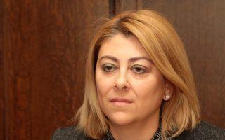 Η κ. Σαββαΐδουυποστηρίζει ότι υπήρξαν κάποιες δηλώσεις της κυβερνητικής εκπροσώπου που προκαταλαμβάνουν τις αποφάσεις της Δικαιοσύνης. Τονίζει δε ότι θα λάβει τα προσήκοντα μέτρα για την προστασία της τιμής, της υπόληψης και της προσωπικότητάς της.