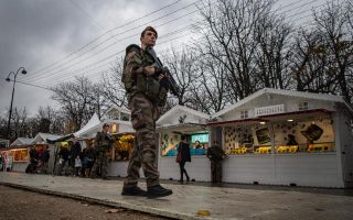 Ενας από τους βασικούς πυλώνες της Ε.Ε., η Συνθήκη Σένγκεν, αμφισβητείται ευθέως, με πρώτο βήμα τους πιο αυστηρούς ελέγχους στα εξωτερικά σύνορα και για τους Eυρωπαίους πολίτες. Στο φοβισμένο Παρίσι και στη λεωφόρο των Ηλυσίων Πεδίων, πάνοπλοι στρατιώτες εποπτεύουν και τη χριστουγεννιάτικη αγορά.