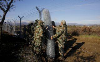Επισήμως τα Σκόπια ανακοίνωσαν την ανέγερση ενός συρμάτινου φράχτη (χθεσινή φωτογραφία) στα σύνορα με την Ελλάδα, με στόχο τη δημιουργία ενός βασικού σημείου από το οποίο θα γίνεται«ελεγχόμενη» διέλευση προσφύγων. Η κυβέρνηση της ΠΓΔΜ έσπευσε να σημειώσει ότι η ανέγερση του φράχτη δεν σημαίνει κλείσιμο των συνόρων με την Ελλάδα, παρά μόνο την αποτελεσματικότερη διαχείριση των μεταναστευτικών ροών.