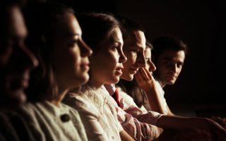 Στα «Κύματα», ηθοποιοί και θεατές κάθονται μαζί και προσπαθούν να αντιληφθούν και να συλλάβουν το μυστήριο της ζωής, το πέρασμά της και τις μεταμορφώσεις της.