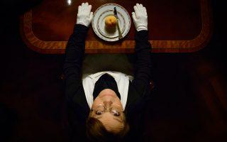 Η ηθοποιός Μπέττυ Αρβανίτη υποδύεται μια πανούργα υπηρέτρια στην παράσταση «Η Τσερλίνε και το σπίτι των κυνηγών», που βασίζεται στο έργο του Χέρμαν Μπροχ.