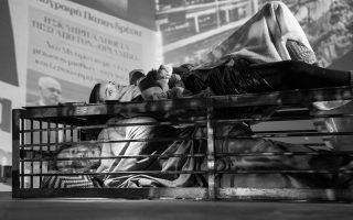 Η παράσταση «Ατρείδες: Τετράδια Κρίσης» είναι μια μεγάλη οπτικοακουστική εγκατάσταση στην οποία εντάσσονται οι θεατές και αλληλεπιδρούν με τους ερμηνευτές. Θα παρουσιαστεί για έξι μόνο παραστάσεις.