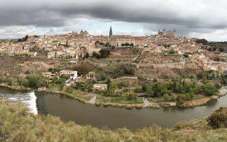 Αποψη της παλιάς, τειχισμένης πόλης του Τολέδο από τα νοτιοδυτικά. Τα μεσαιωνικά κτίσματα –δεσπόζουν ο μεγάλος Καθεδρικός και το φρούριο Αλκαζάρ– αγκαλιάζει ο ποταμός Τάγος.