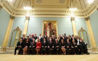 Ο νέος πρωθυπουργός του Καναδά Τζάστιν Τριντό και οι υπουργοί του, αμέσως μετά την ορκωμοσία της κυβέρνησης στην Οττάβα την Τετάρτη.