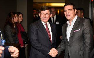 Αλέξης Τσίπρας και Αχμέτ Νταβούτογλου ανταλλάσσουν χειραψία κατά τη διάρκεια συνάντησης που είχαν στο περιθώριο της Γενικής Συνέλευσης του ΟΗΕ, στη Νέα Υόρκη, στις 29 Σεπτεμβρίου.