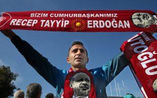 «Πρόεδρός μας είναι ο Ρετζέπ Ταγίπ Ερντογάν», γράφει το κασκόλ του εικονιζόμενου οπαδού του AKP, σε επινίκια συγκέντρωση υποδοχής του πρωθυπουργού Νταβούτογλου στο αεροδρόμιο της Κωνσταντινούπολης.