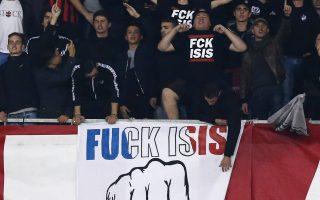 Υβριστικό πανό κατά του ISIS κρατούν Γάλλοι θεατές σε αγώνα στη Νίκαια.