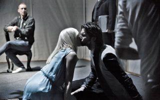 Σκηνή από την παράσταση «Υβόννη, η πριγκίπισσα της Βουργουνδίας» του Πολωνού Κριστόφ Γκαρμπατσέφσκι που θα δούμε στη Στέγη στις 28 και 29/11.