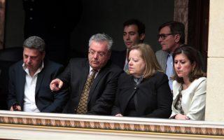Ο πρόεδρος της Οργάνωσης Θυμάτων Τρομοκρατίας «Ως Εδώ», Γιώργος Μομφεράτος, παρακολουθεί μαζί με τη μητέρα του Θάνου Αξαρλιάν, Σταυρούλα, τη συνεδρίαση της Ολομέλειας της Βουλής την Πέμπτη 16 Απριλίου, με θέμα την επεξεργασία και εξέταση του σχεδίου νόμου «Μεταρρυθμίσεις ποινικών διατάξεων, κατάργηση των καταστημάτων κράτησης Γ΄ τύπου και άλλες διατάξεις».