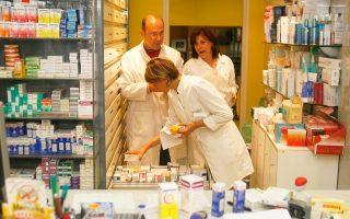 Οι φαρμακοποιοί υποστηρίζουν ότι επαναλαμβάνεται το λάθος του πρώην υπουργού Υγείας, καθώς απελευθερώνονται οι τιμές στα μη  συνταγογραφούμενα φάρμακα ένα χρόνο νωρίτερα από το προβλεπόμενο στον «μνημονιακό» νόμο του 2014.