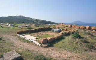 Aποψη του Ιερού της Aθηνάς Σουνιάδος, ο μεγάλος ναός, ο μικρός και ο περίβολος, στο βάθος ο ναός του Ποσειδώνα (φωτο συγγραφέας Z.Θ.Π.).