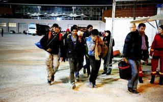 Πολλοί πρόσφυγες και μετανάστες που έφτασαν με πούλμαν από την Ειδομένη στο γήπεδο Τάε Κβον Ντο στο Παλαιό Φάληρο έφυγαν προς άγνωστες κατευθύνσεις.