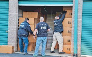 Στελέχη της αμερικανικής υπηρεσίας Homeland Security Investigations (HSI) επί το έργον. Με αξιωματούχο της υπηρεσίας είχε «κλείσει» την αγορά όπλων ο αλλοδαπός λαθρέμπορος όπλων.
