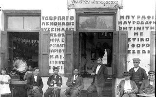 Καφενείο στου Ψυρρή, 1920. (Φωτ. Αρχείο Πέτρου Πουλίδη, ΕΡΤ Α.Ε.) Τα καφενεία ήταν από τις βασικές μικρές επιχειρήσεις.