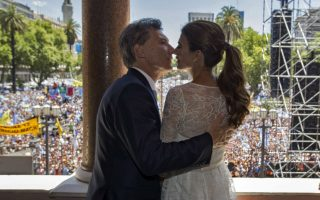 Φιλιά στην εξουσία. Την όμορφη σύζυγό του Juliana Aeada, φιλά ο νέος Πρόεδρος της Αργεντινής Mauricio Macri, σκηνή που παρακολουθεί πλήθος κόσμου. Η χώρα εισέρχεται σε νέα τροχιά μετά τα 12 χρόνια διακυβέρνησης του ζεύγους Kirchner που οδήγησε την χώρα σε μια οικονομική σταθερότητα, μετά την  οικονομική κρίση του 2001. AFP PHOTO / ARGENTINIAN PRESIDENCY / JUAN MARCELO BAIARDI