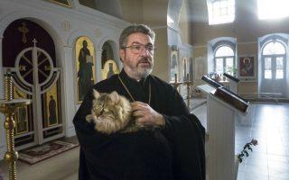 Οι ιερείς και οι γατούλες τους. Η ιδέα ανήκει στην φωτογράφο Anna Galperina και την εκδότρια Ksenia Luchenko. Οι δυο τους αποφάσισαν να βγάλουν άλλο ένα ημερολόγιο που να έχει σχέση με την θρησκεία αλλά με μια φρέσκια ματιά. Έτσι, στις 12 σελίδες του φιγουράρουν ιερείς  αγκαλιά με την αγαπημένη τους συντροφιά, μια γατούλα. Στην φωτογραφία ο ιερέας Pyotr Dinnikov αγκαλιά με τον Vasik στην εκκλησία Ilynsky της Μόσχας. AP Photo/Sergei Fedotov)