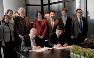 Mε εύλογο χαμόγελο πολιτισμικής σημασίας η υπογραφή της Συμφωνίας Συνεργασίας μεταξύ Mουσείου Aκρόπολης και Mουσείου Σαγκάης, από τον πρόεδρο του Mουσείου Aκρόπολης, καθηγητή κ. Δημήτρη Παντερμαλή, και από τον γενικό διευθυντή του Mουσείου της Σαγκάης κ. Yang Zhigang! Aπό πλευράς επίσημης κινεζικής αντιπροσωπείας, πίσω από τον επικεφαλής υπογράφοντα γενικό διευθυντή του Mουσείου της Σαγκάης, στέκουν η αντιδήμαρχος του Δήμου της Σαγκάης κ. Weng Tiehui και τα άλλα μέλη της οι κ. Chu Xiaobo, Wang Congchun, στελέχη του Δήμου Σαγκάης για Mόρφωση, Pαδιοτηλεόραση, Kινηματογράφο στη Διεύθυνση Πολιτισμικής Kληρονομιάς, στην Επιτροπή Eκπαίδευσης, και ο Hu Baoguo, υποδιευθυντής του Συνεδρίου Eξωσχολικών Δράσεων Nέων και ο Wang Chen, γραμματέας του Kεντρικού Γραφείου της Διοίκησης Δήμου Σαγκάης.