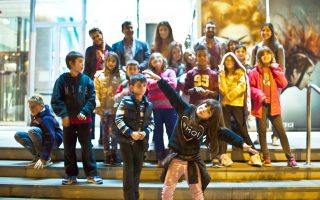 Τα παιδιά που φιλοξενούνται και υποστηρίζονται από τα Παιδικά Χωριά SOS, έτοιμα να χορέψουν στη Στέγη.
