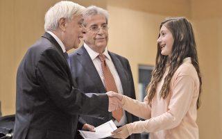 Ο Πρόεδρος της Δημοκρατίας, κ. Προκόπης Παυλόπουλος, παρέδωσε βραβεία σε μαθητές δίπλα στον πνευμονολόγο καθηγητή κ. Παναγιώτη Μπεχράκη, κατά τη διάρκεια του 6ου Πανελληνίου Μαθητικού Συνεδρίου για τον Ελεγχο του Καπνίσματος, με θέμα «Μαθαίνω να μην καπνίζω», χθες, στο υπουργείο Παιδείας. (Φωτό: ΑΠΕ/Γιάννης Κολεσίδης)