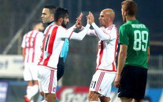 Οι παίκτες του Ολυμπιακού πανηγυρίζουν κατά τη διάρκεια του αγώνα ποδοσφαίρου Πανθρακικός – Ολυμπιακός, για την 13η αγωνιστική της Super League, στην Κομοτηνή, το Σάββατο 5 Δεκεμβρίου 2015. Ο αγώνας έληξε με σκορ 3-4 υπέρ του Ολυμπιακού. ΑΠΕ-ΜΠΕ/ΑΠΕ-ΜΠΕ/STR
