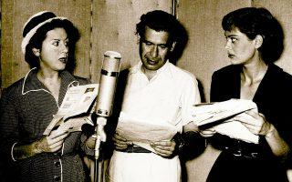 Μαίρη Αρώνη, Βασίλης Διαμαντόπουλος και Μελίνα Μερκούρη μπροστά σε ένα μικρόφωνο, ζωντανεύουν ρόλους. Ενα στιγμιότυπο της εξαιρετικής έκδοσης 430 σελίδων της Τράπεζας Πειραιώς, με την ιστορία της ραδιοφωνίας της Ελλάδας από τις αρχές του 20ού αιώνα μέχρι τις μέρες μας, την οποία υπογράφει ο Γιώργος Χατζηδάκης.