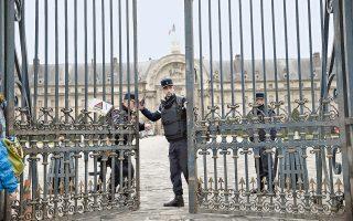 Ενισχυμένη φρουρά της χωροφυλακής στην κεντρική πύλη του Ανακτόρου των Απομάχων, που στεγάζει το Μουσείο Πολέμου και τον τάφο του Ναπολέοντα, μετά την απόπειρα εισβολής εποχούμενου ψυχοπαθούς.