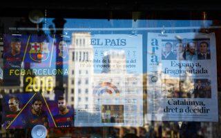 Πρωτοσέλιδα εφημερίδων αναγγέλλουν μια νέα εποχή κυβερνήσεων συνεργασίας στην Ισπανία, χωρίς, ωστόσο, να είναι καθόλου σαφές ποιοι θα συνεργαστούν με ποιους. Το Σοσιαλιστικό Κόμμα ξεκαθάρισε ότι δεν πρόκειται να στηρίξει το Λαϊκό Κόμμα, παρά τα μηνύματα από τις Βρυξέλλες που ζητούν «σταθερή κυβέρνηση». Το πρόβλημα για τον Ραχόι είναι ότι αδυνατεί να εξασφαλίσει κοινοβουλευτική πλειοψηφία ακόμη και με την υποστήριξη των Ciudadanos.