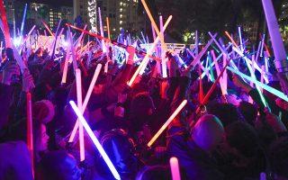 Χιλιάδες κόσμου συγκεντρώθηκαν για μια «μάχη» με φωτόσπαθα στο Λος Αντζελες.