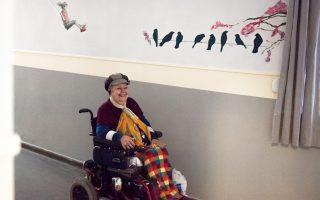 Γέμισαν «παράθυρα» στον κόσμο οι τοίχοι στο Ασυλο Ανιάτων, στην Κυψέλη, όπου ένας μεγάλος αριθμών καλλιτεχνών προσφέρθηκε να ομορφύνει την καθημερινότητα των 180 ασθενών. Ηταν το επιστέγασμα ενός πολύπτυχου εγχειρήματος, που κορυφώθηκε το τριήμερο 18-20 Δεκεμβρίου με συναυλία της Λυρικής Σκηνής, εκθέσεις, τραγούδια, εργαστήρια για παιδιά, μπαζάρ και ένα μεγάλο δίκτυο εθελοντισμού.
