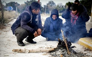Πρόσφυγες στο γήπεδο του χόκεϊ στο Ελληνικό, όπου φιλοξενούνται 500 άτομα.