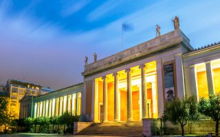 To Eθνικό Αρχαιολογικό Μουσείο, αν και είναι το κορυφαίο μουσείο της χώρας από πλευράς εκθεμάτων, είναι εξίσου γνωστό για τις ανεπαρκείς υποδομές του, μια ένδεια που διαιωνίζεται.