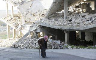 Ηλικιωμένος Σύρος περπατάει στους δρόμους της Ιντλίμπ, μετά τον ρωσικό βομβαρδισμό.